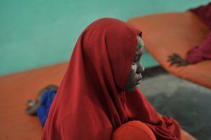 Eine Frau mit orangerotem Kopftuch in einem Krankenhaus in Somalia
