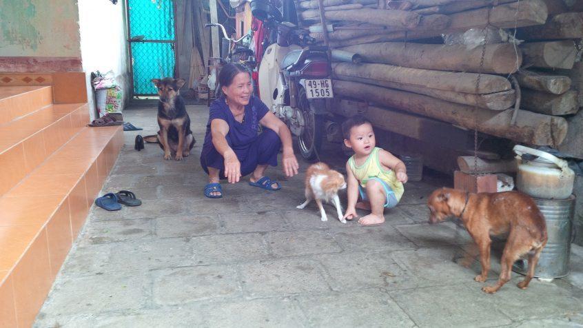 Mutter und Kind mit Hunden in Vietnam