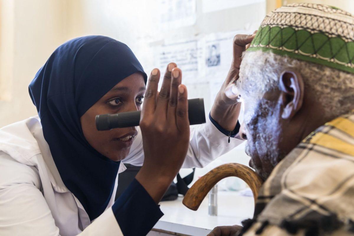 Eine Ärztin in Äthiopien untersucht die Augen eines älteren Mannes, der von der Augenkrankheit Trachom betroffen ist