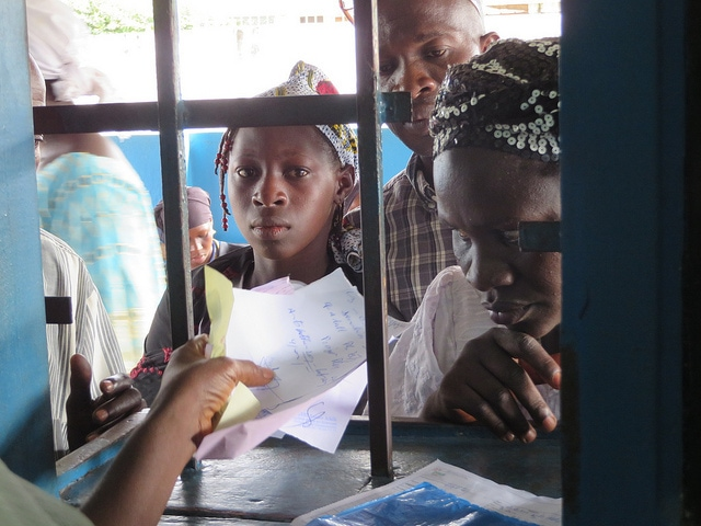 Entwicklungszusammenarbeit an der Elefenbeinküste: Menschen stehen in einem Gesundheitszentrum an