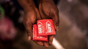 Kondome in Händen