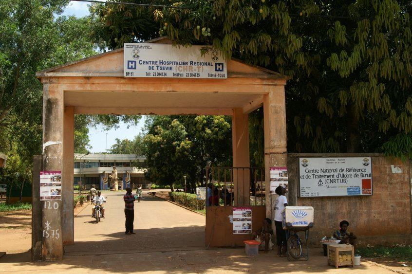 Eingang zu einem Krankenhaus in Togo, in dem Buruli Ulcer behandelt wird.