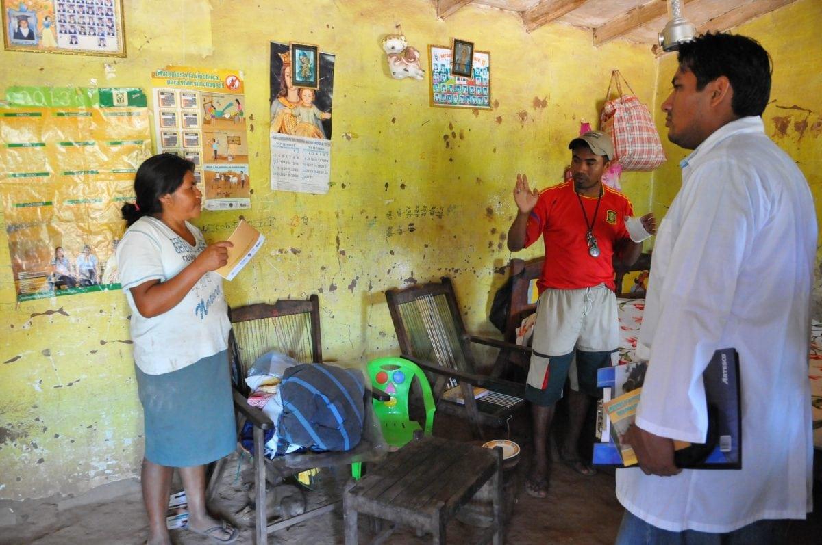 Drei Mitarbeiter eines Forschungsprojekts zu Chagas in Santa Cruz, Bolivien