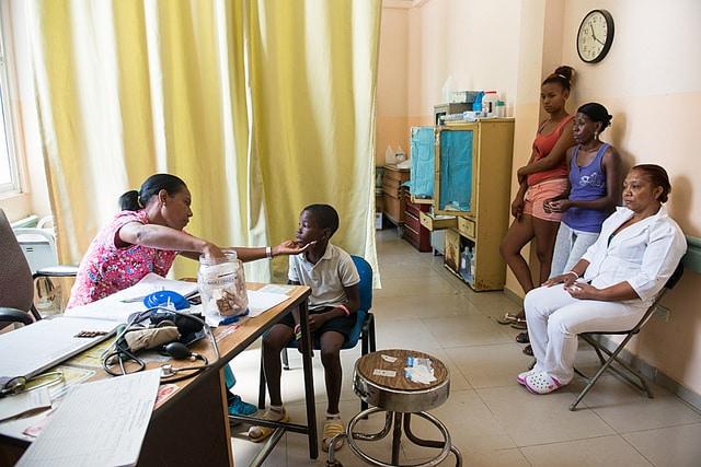 Junger Patient bei einer Untersuchung auf Chikungunya in der Dominikanischen Republik