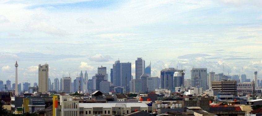 Skyline von Jakarta, Indonesien bei Tag und leicht bewölktem Himmel