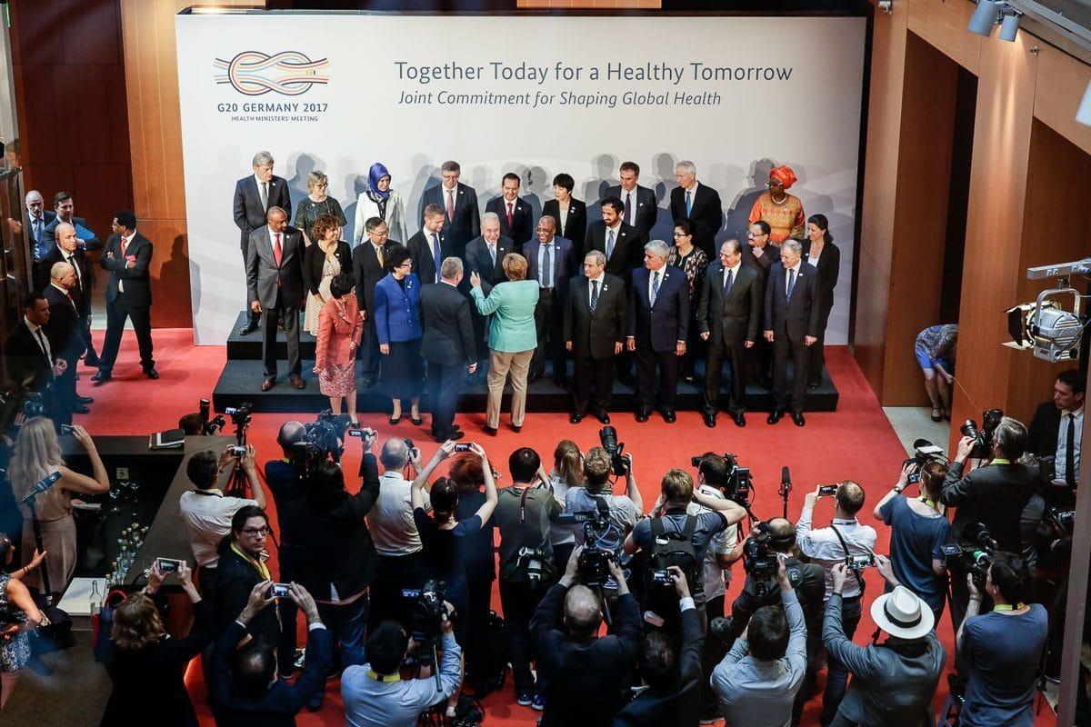 G20-Gesundheitsminister auf der Bühne vor Journalisten