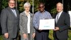 Scheckübergabe Wertgarantie für den Youth Truck der DSW in Uganda. V.l.n.r.: Patrick Döring (Vorstandsmitglied der Wertgarantie), Renate Bähr (Geschäftsfüherin der DSW), Bernard Tusiime (Leiter des DSW-Länderbüros Uganda), Thomas Schröder (Vorstandsmitglied der Wertgarantie).