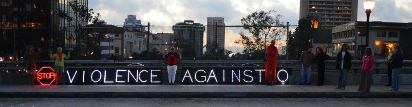"""Aktivistinnen in San Diego mit dem englischen Schriftzug zu """"Stoppt Gewalt gegen Frauen"""""""