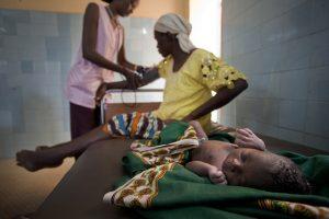 Schwangere Frau mit ihrem Baby bei der Untersuchung in einem Krankenhaus in Mali.