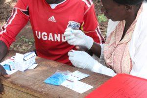 Nahaufnahme einer Gesundheitsmitarbeiterin, die einen HIV-Test mit einem jungen Mann macht