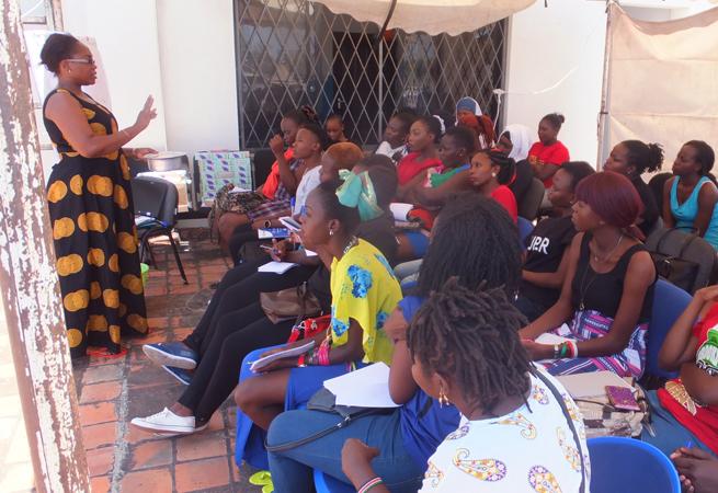 Die Teilnehmerinnen werden von einer DSW-Mitarbeiterin darin geschult, wie die Menstruationstassen benutzt werden.
