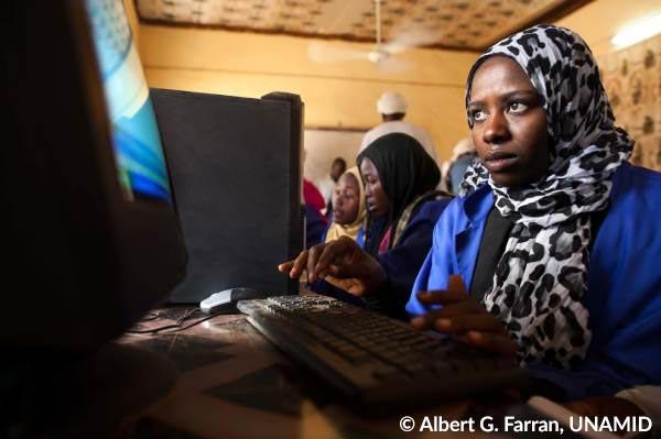 Mädchen lernen an Computern