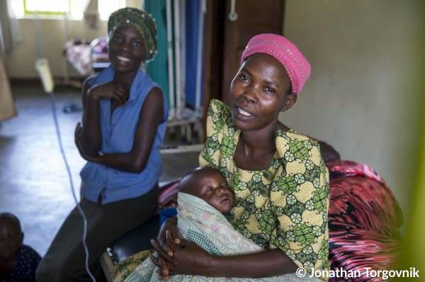 Frau mit Kind in der Entbindungsstation einer Klinik in Uganda