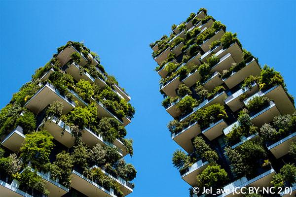 Blick von unten auf die begrünte Fassade des Bosco Verticale in Mailand