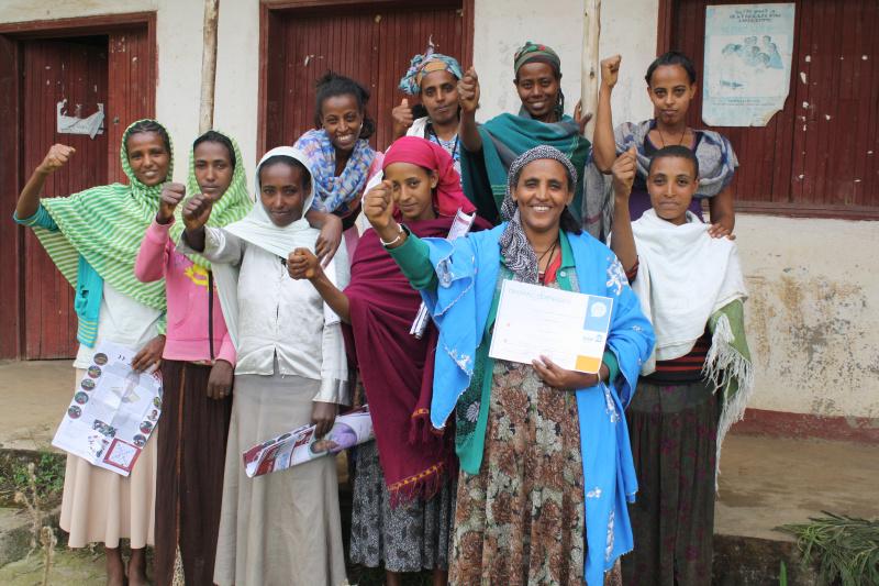 Jugendberaterinnen aus dem DSW-Projekt in Äthiopien freuen sich nach erfolgreich bestandener Schulung über Scheidenfisteln.