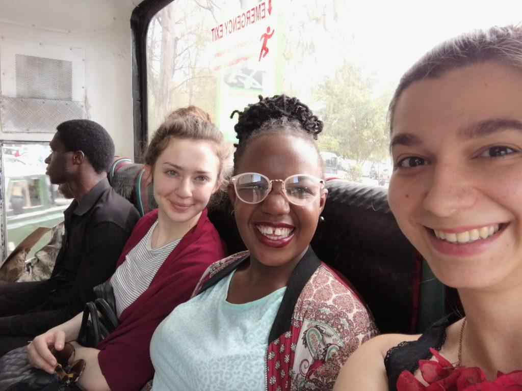 Drei Frauen sitzen in einem Bus in der kenianischen Hauptstadt Nairobi.