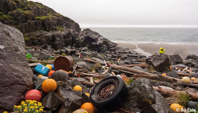 Eine Küste in Norwegen mit Plastikmüll