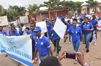 Eine von vielen Demonstrationen gegen Genitalverstümmelung in Arusha zum Jugendtag 2018
