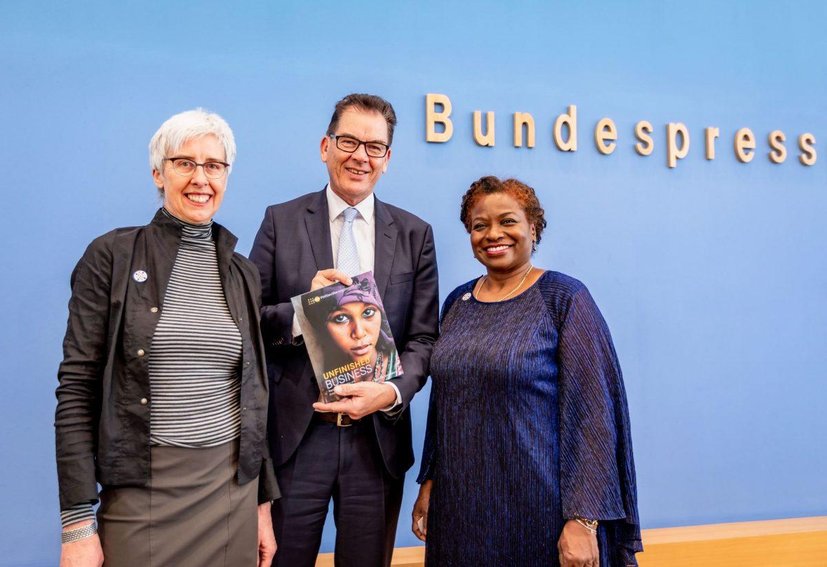 Renate Bähr, Dr. Gerd Müller und Dr. Natalia Kanem präsentieren den UNFPA-Weltbevölkerungsbericht