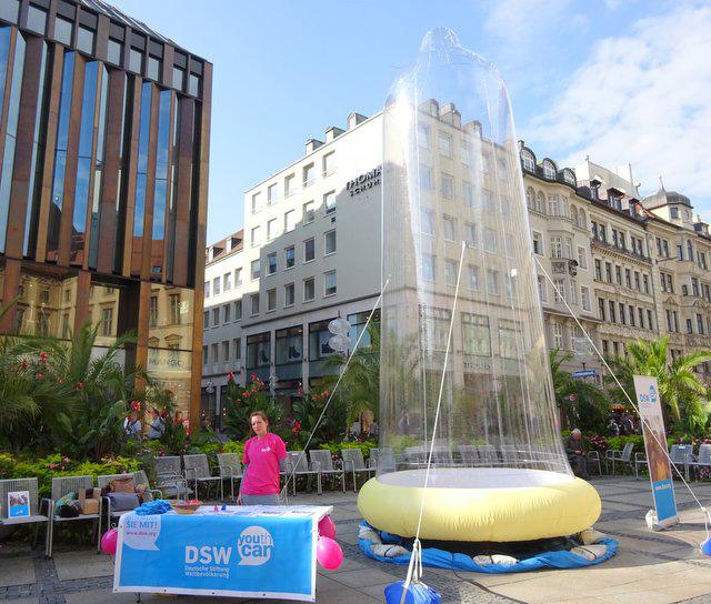Welt-Aids-Tag: Größtes Kondom Deutschlands am Bahnhofsvorplatz in Hannover