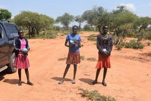 Um bei der Menstruation auszuhelfen, verteilen Mädchen in West Pokot (Kenia) Menstruationshygieneprodukte.