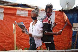 Junge Menschen in Äthiopien informieren sich
