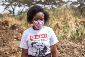 Junge Frau aus Kenia mit Mundschutz
